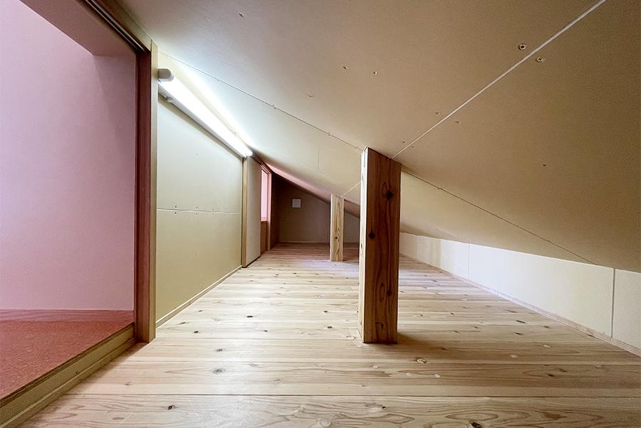 デッドスペースがないのも当物件の魅力。トイレと洋室からアクセスできる天井裏収納。
