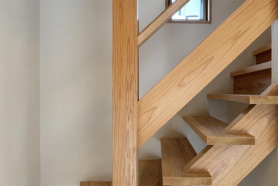 階段もしっかりと無垢材。