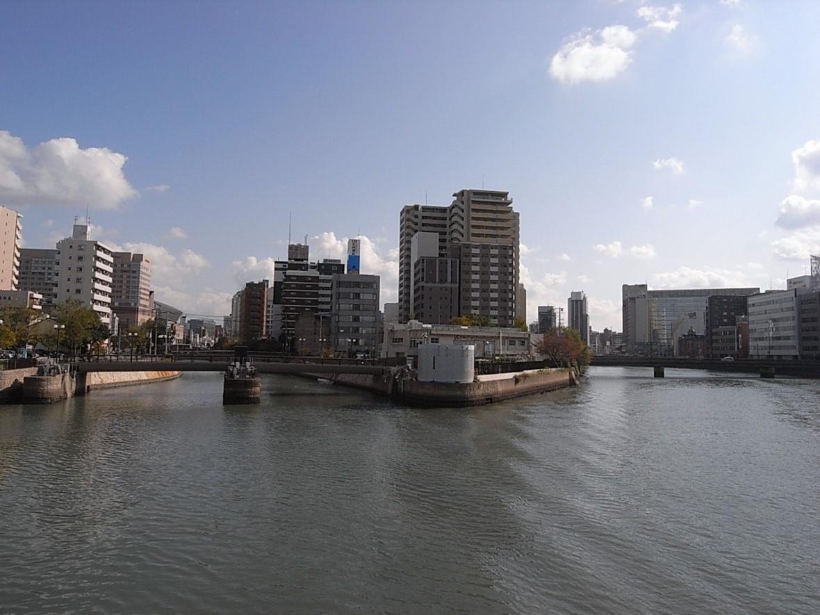 川に挟まれた三角州の中洲中島町。右に橋を渡れば天神です。