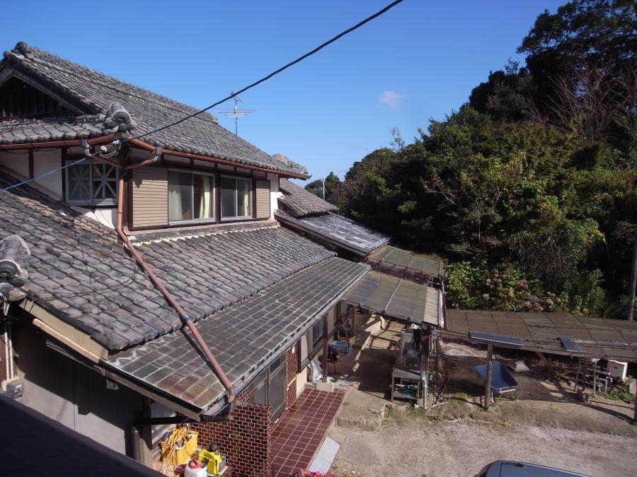 古びた瓦屋根が健在。