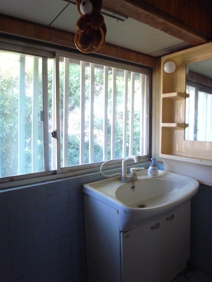浴室も洗面所も窓いっぱいに緑が。