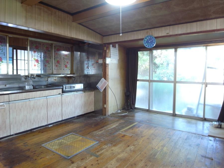 キッチン。床板のヤレ感がいい雰囲気です。