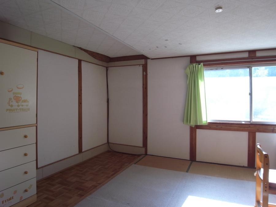 2階和室は古い躯体を覆うかたちで改装されています。