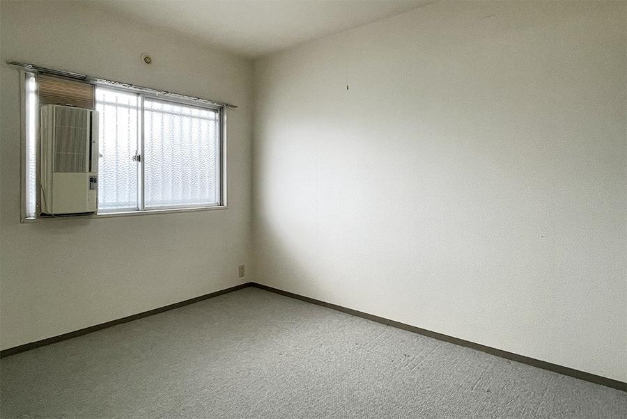 玄関側の洋室。寝室にするか、仕事部屋にも良いサイズ感。