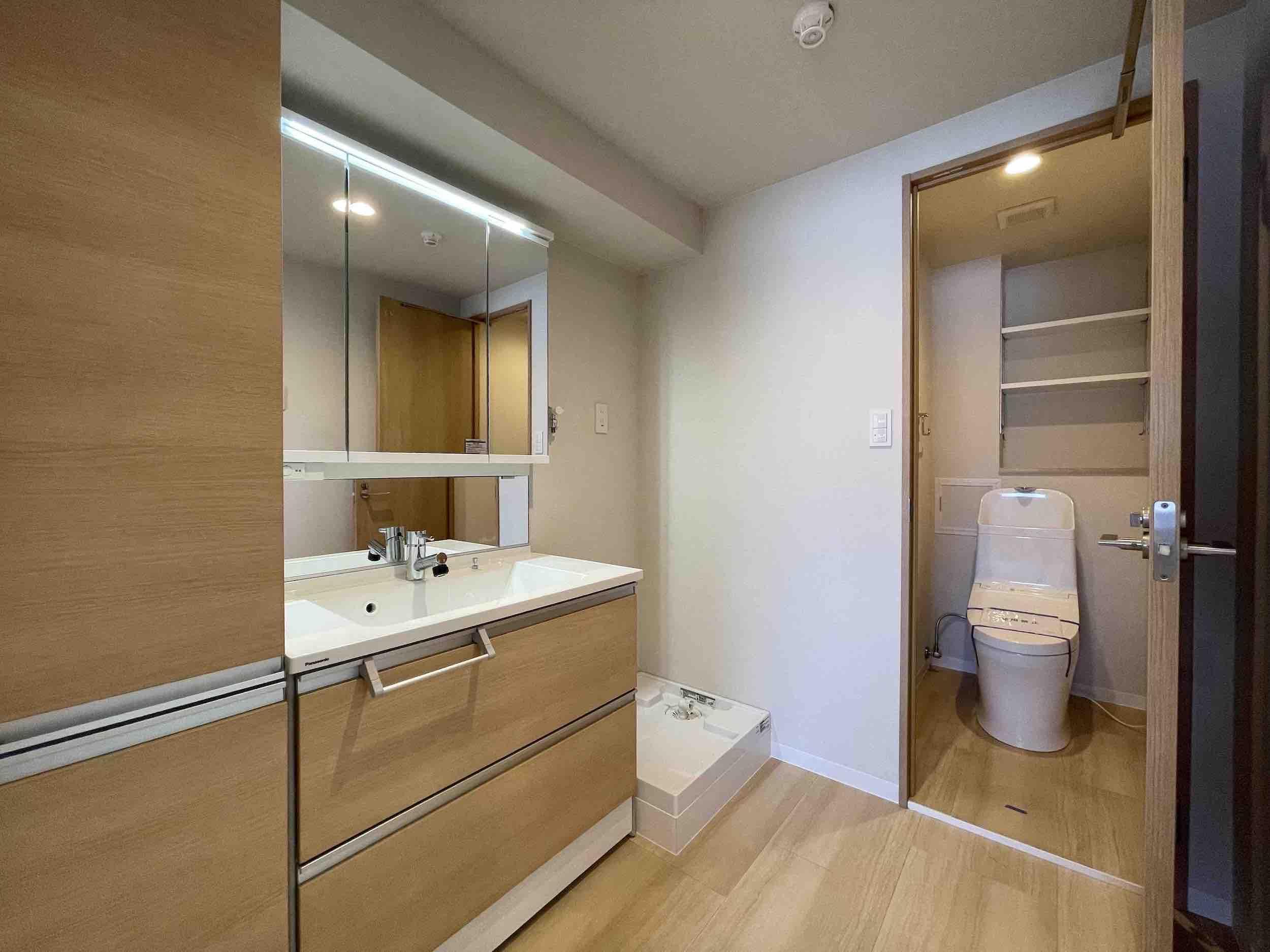 水回りもすべて新品。トイレへは洗面ルームを通ります。