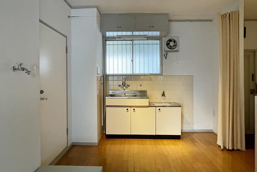 キッチン周りはそのまま。ここにもカーテン。