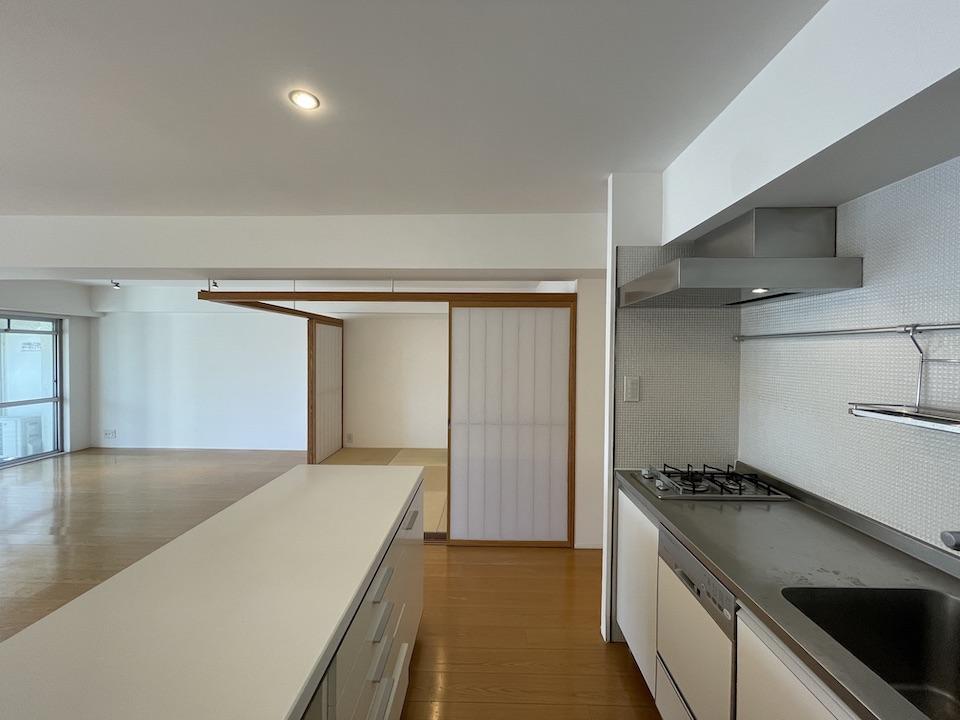 壁向きのキッチン+カウンターという造りです