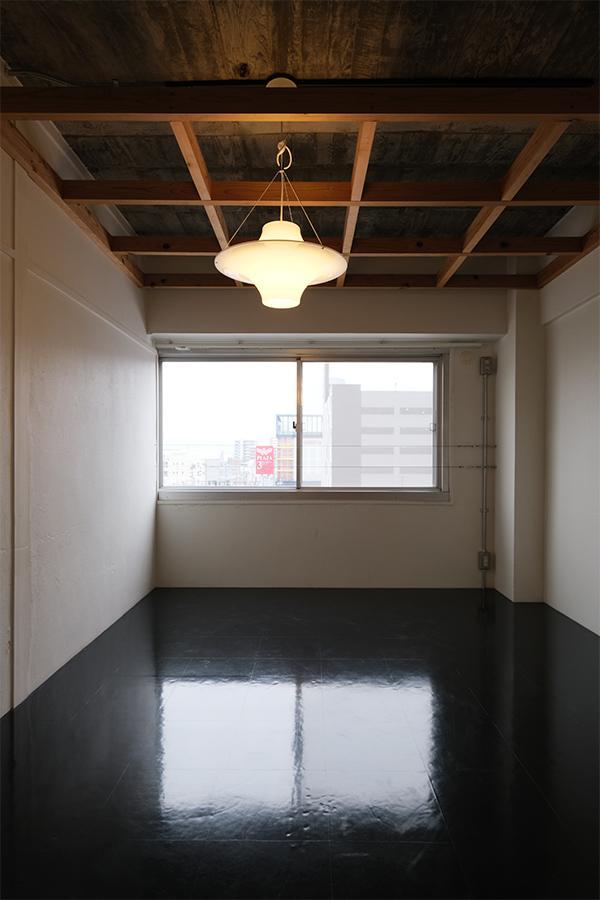 天井高を活かしたデザイン。そして、照らし出されるコンクリートがかっこいい。