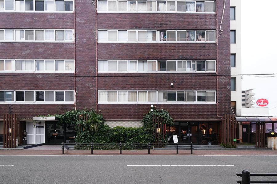 建物外観。1Fはテナント区画、一番右が入り口です。
