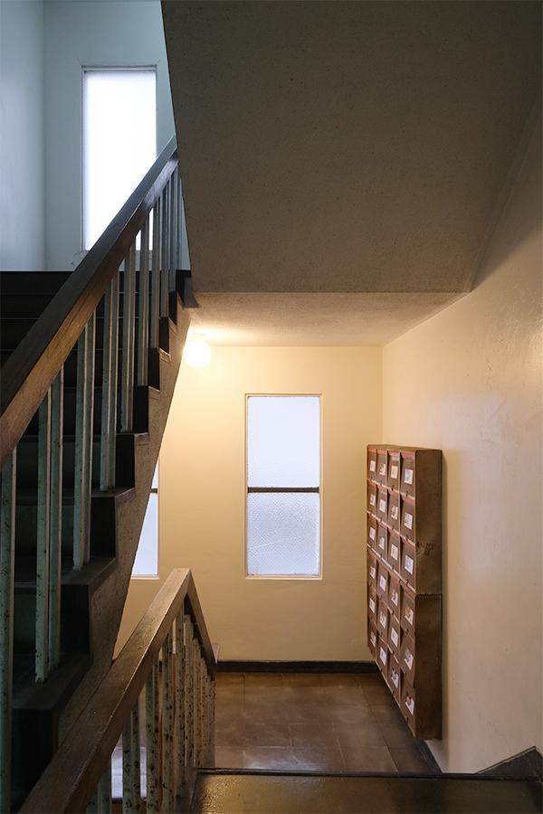 共用部階段。やっぱ好きだなあ、これ。