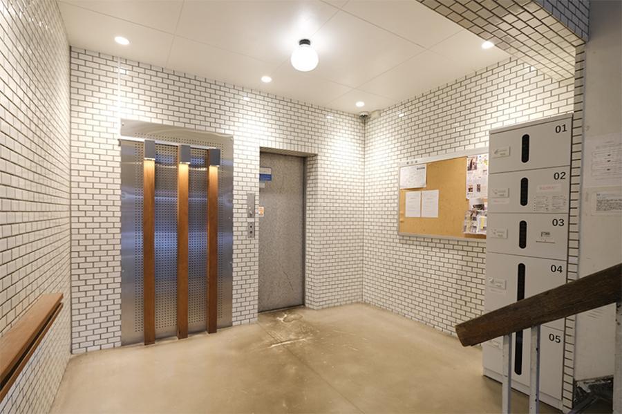 エレベータホール。意外にも宅配ボックス完備。