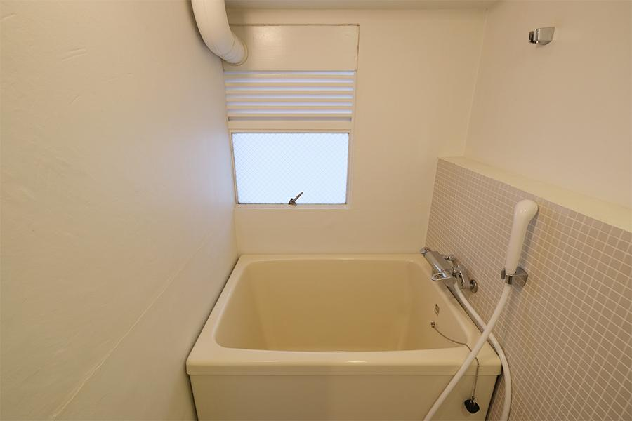 浴槽自体に新しさはないものの、窓もあって悪くない。