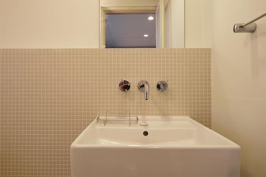 洗面台は今風なやつ。お風呂内です。