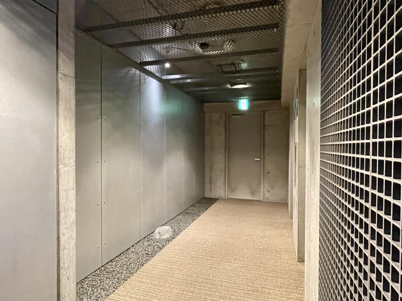エレベーター前にプチ和風庭園。