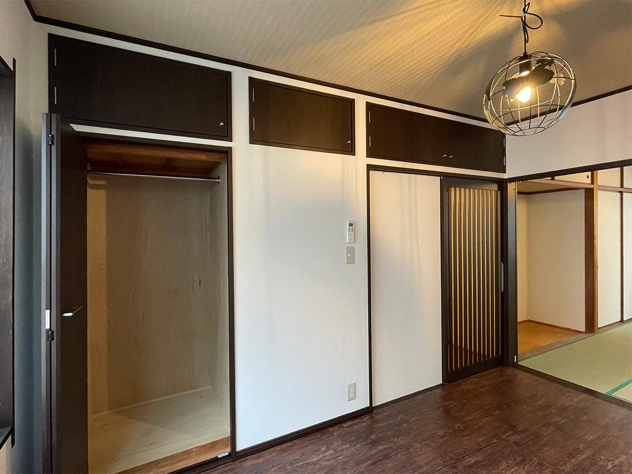 洋室にも天袋の収納があります