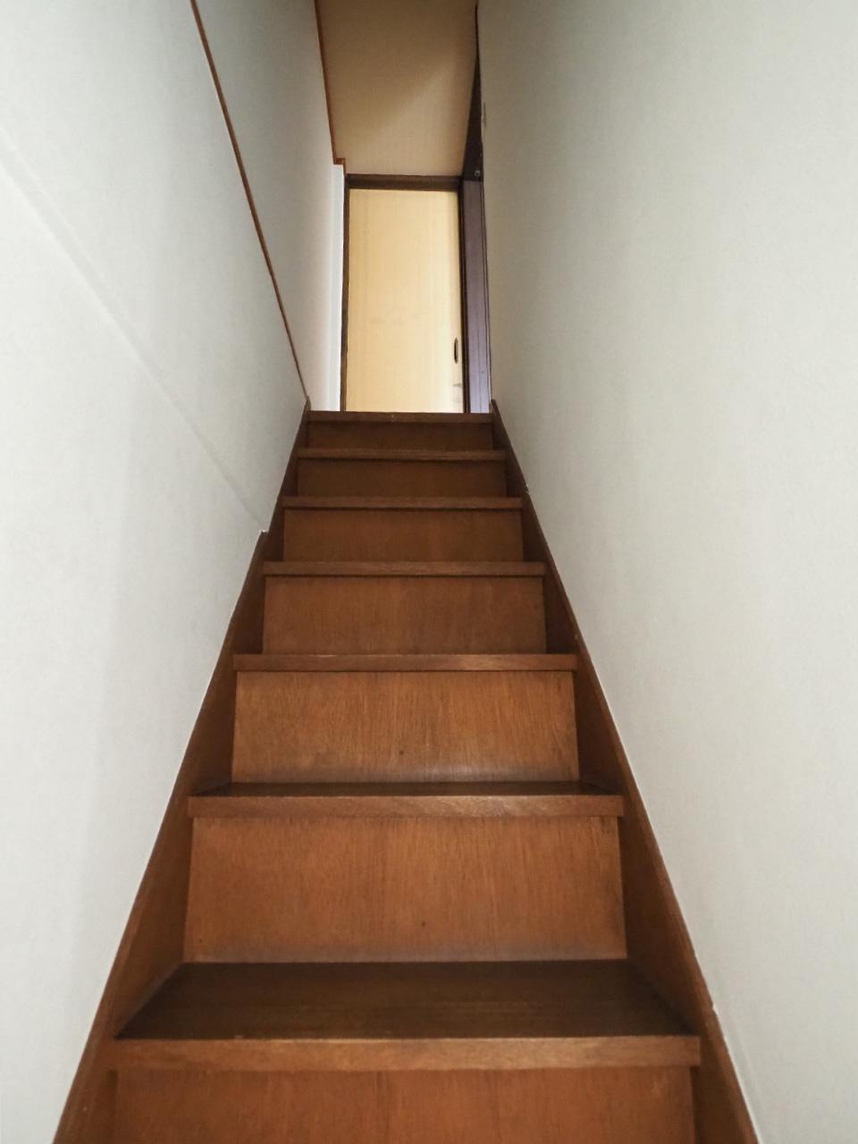 幅が狭めな階段