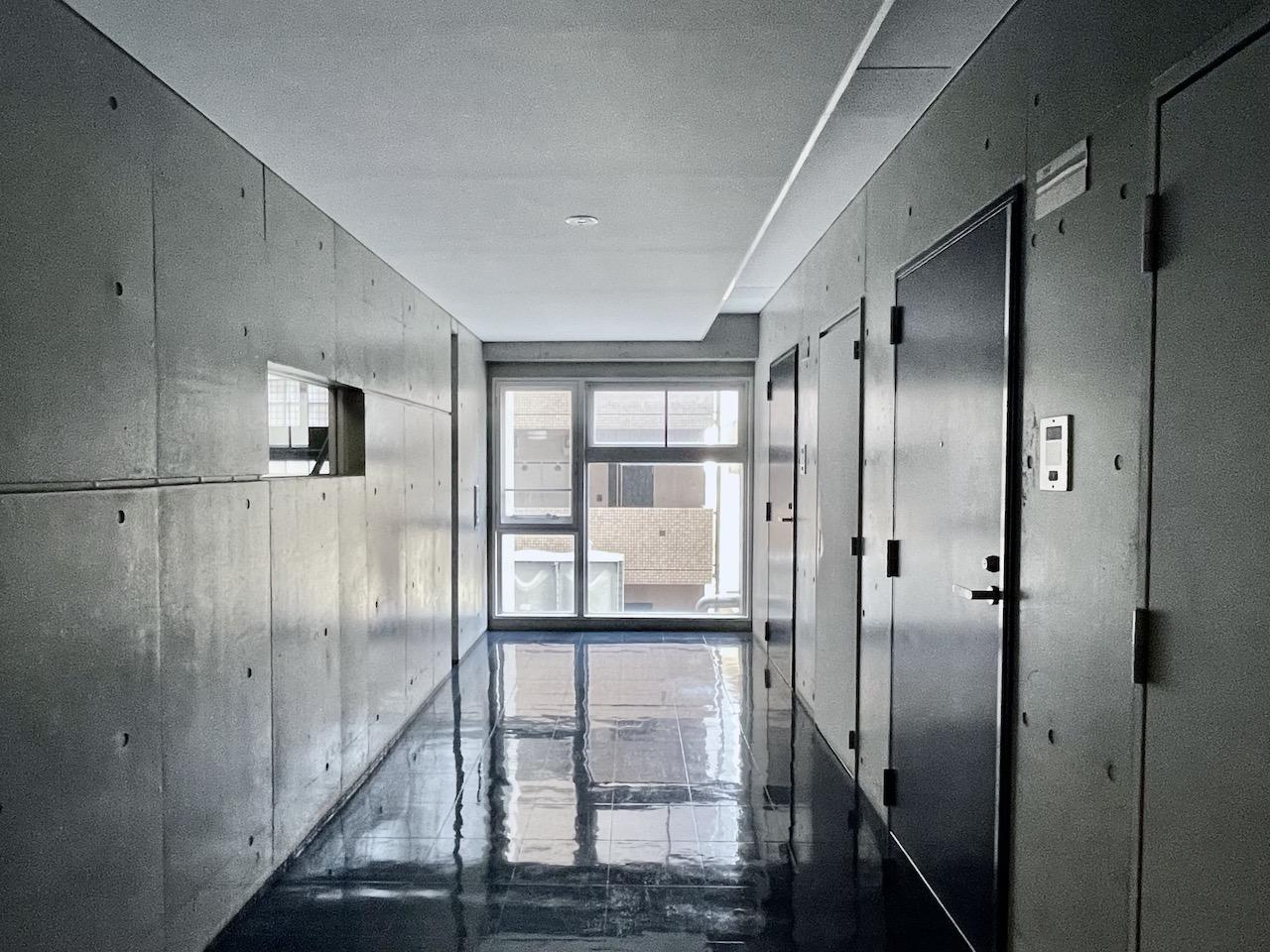 共用部廊下はコンクリートをメインに。