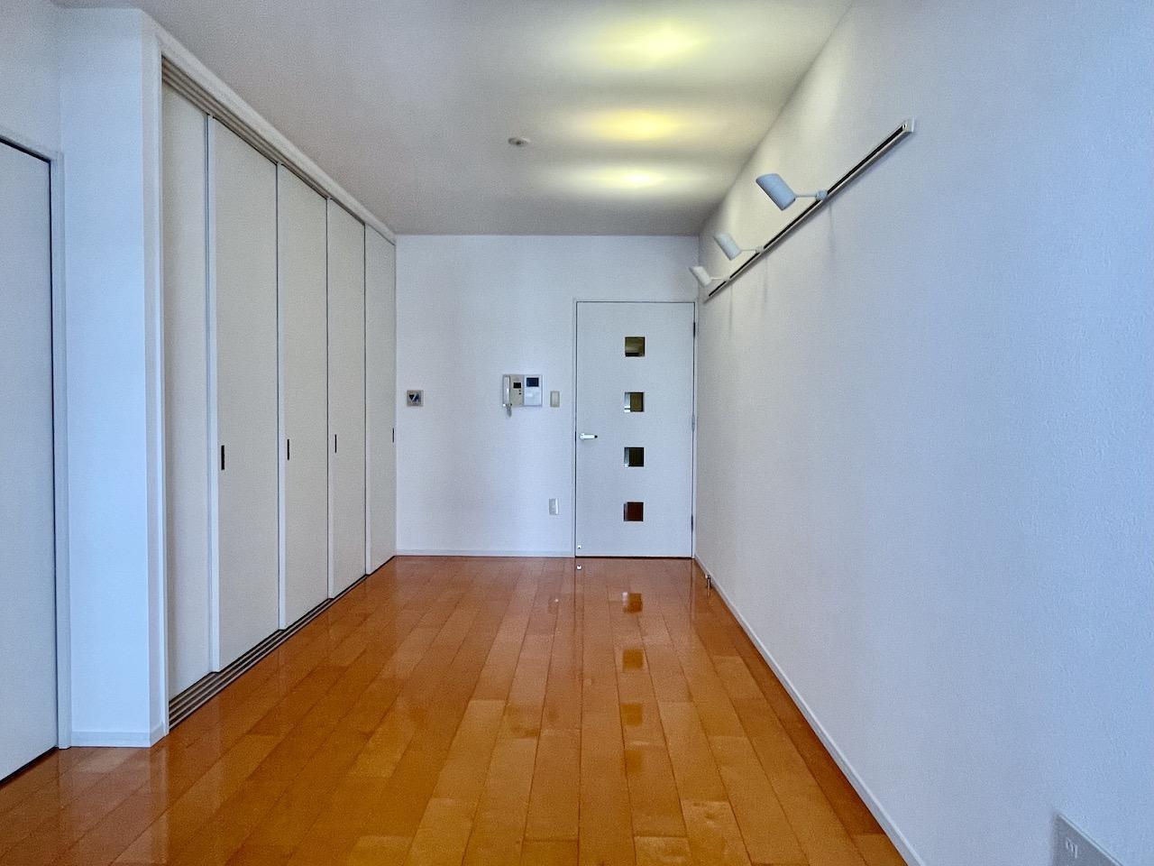 部屋は白を基調とし、優しい印象。