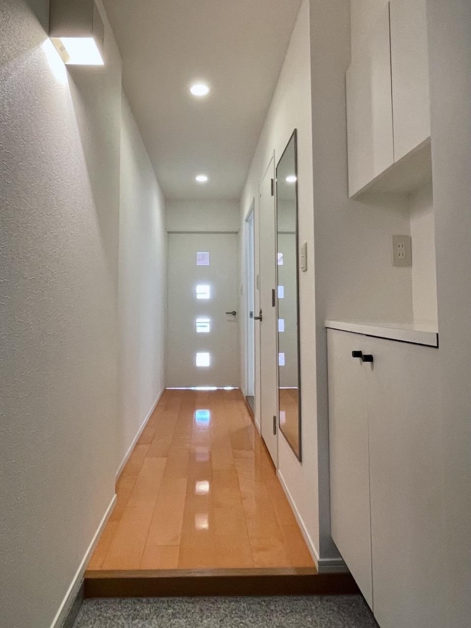 ドアの小窓のおかげで廊下まで光が。
