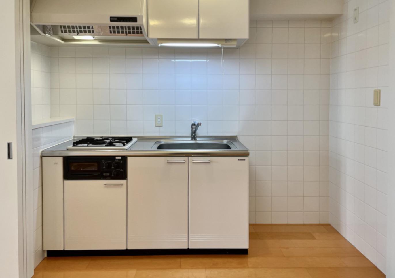 開けるとキッチンと冷蔵庫。