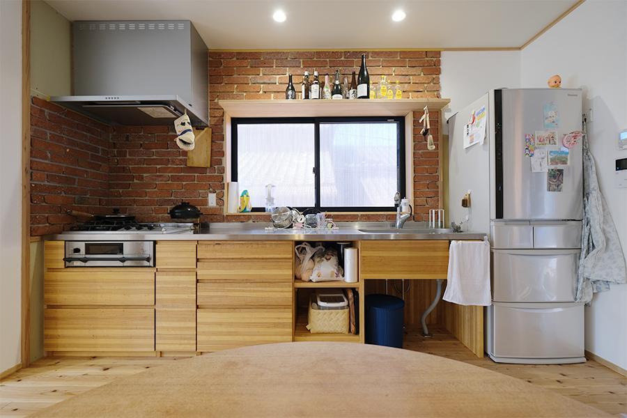 キッチン大工による造作。配管から全て新しい。
