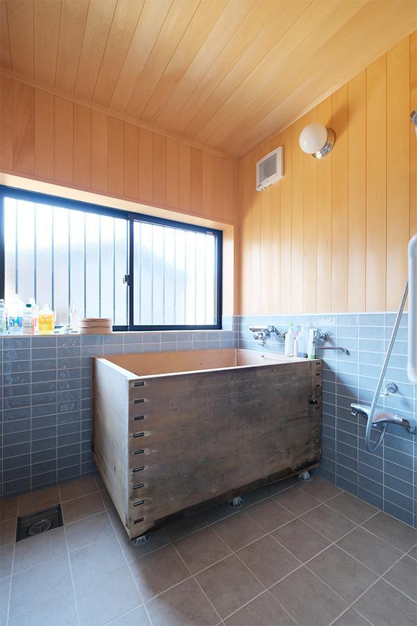 存在感のある浴槽。全体の雰囲気も良い感じ。