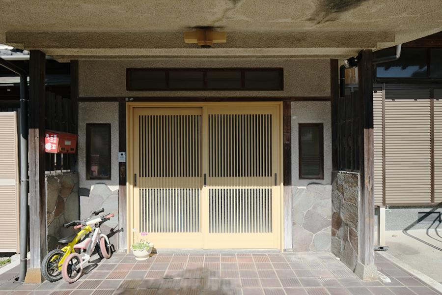 玄関扉は農家さんの所有時代に更新されたようです。