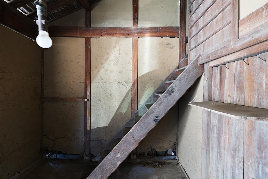 納屋の階段。シビれますね。