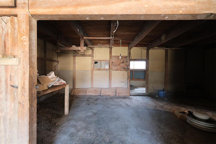 納屋1階。古さは割りきって倉庫や作業場として使ってもいいかも。