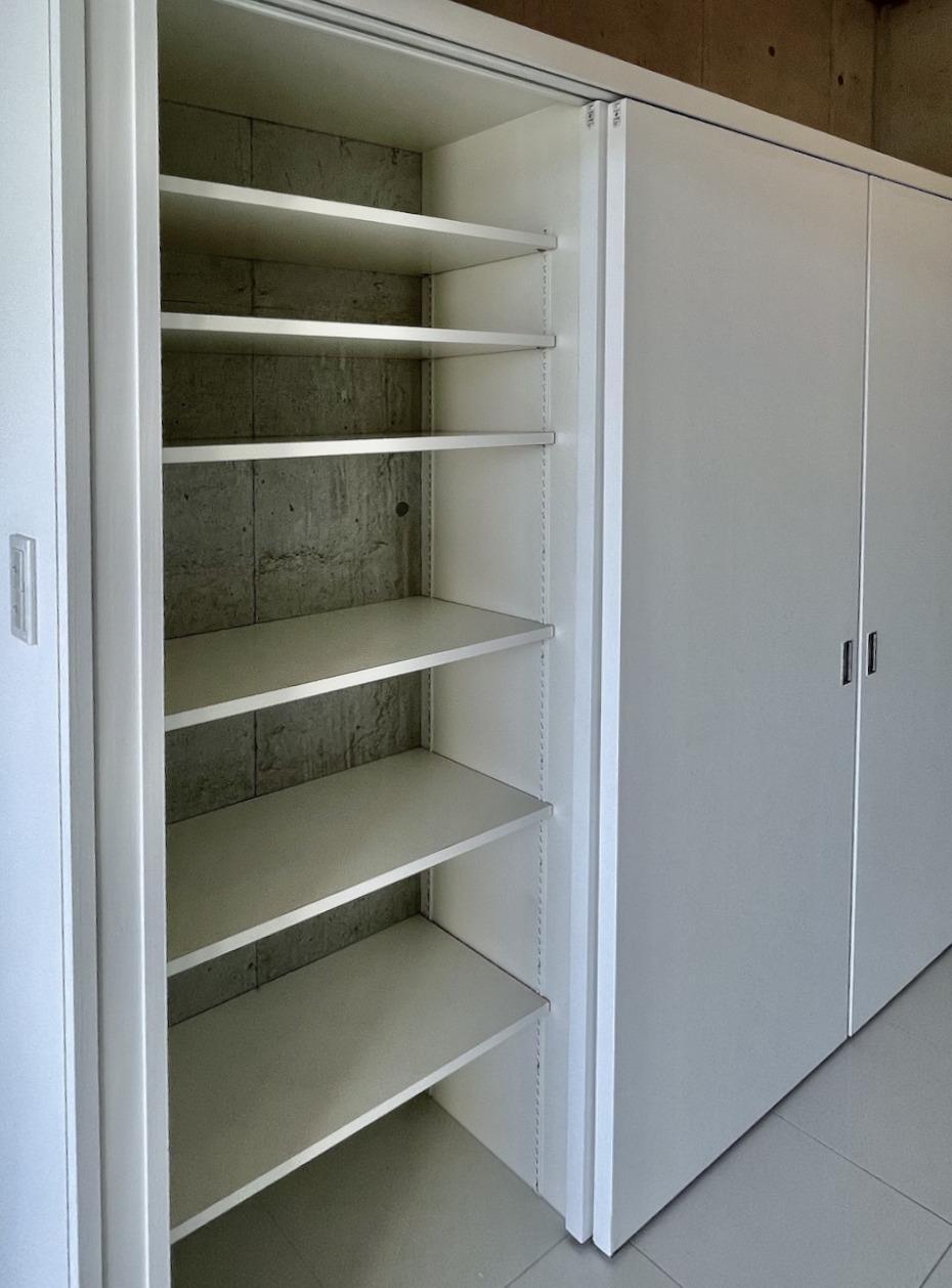 両サイドに可動棚の収納。