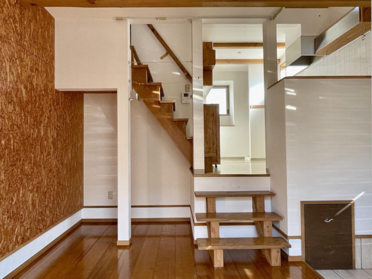 階段下も何か置けますね。