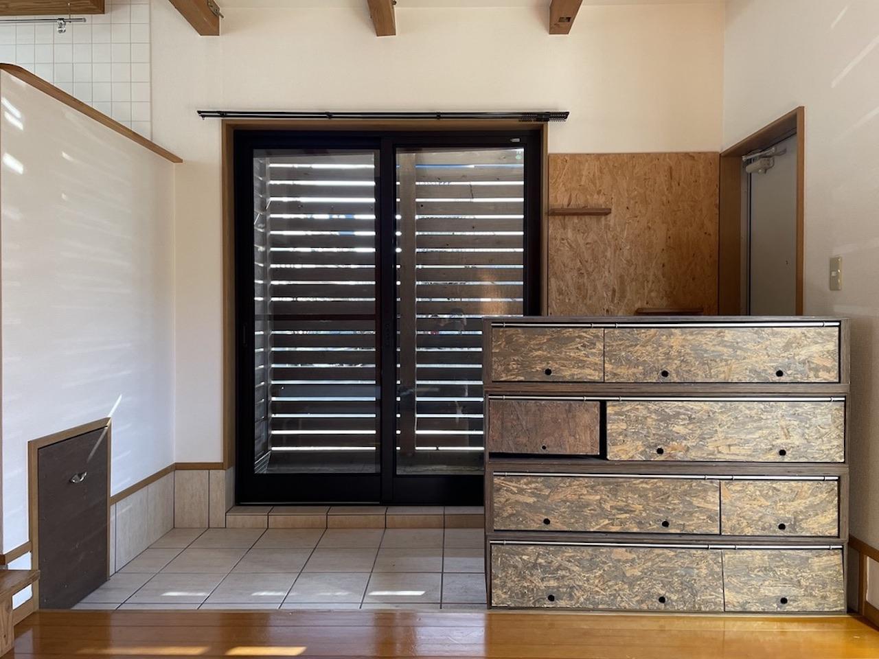 右の棚は自由に移動可能です。(こちらの窓は今回の部屋にはありません。)