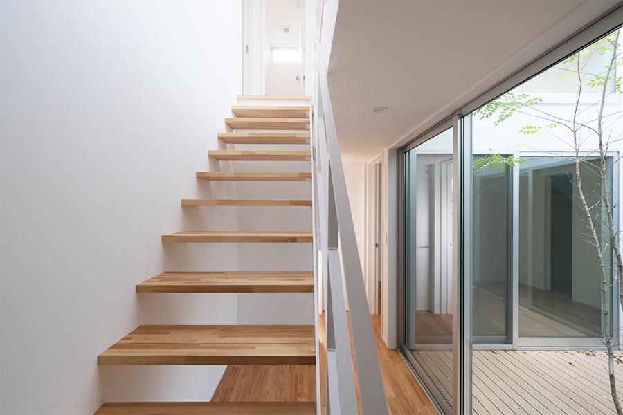 階段ももちろん無垢材。下のデッドスペースは収納に使えそう。