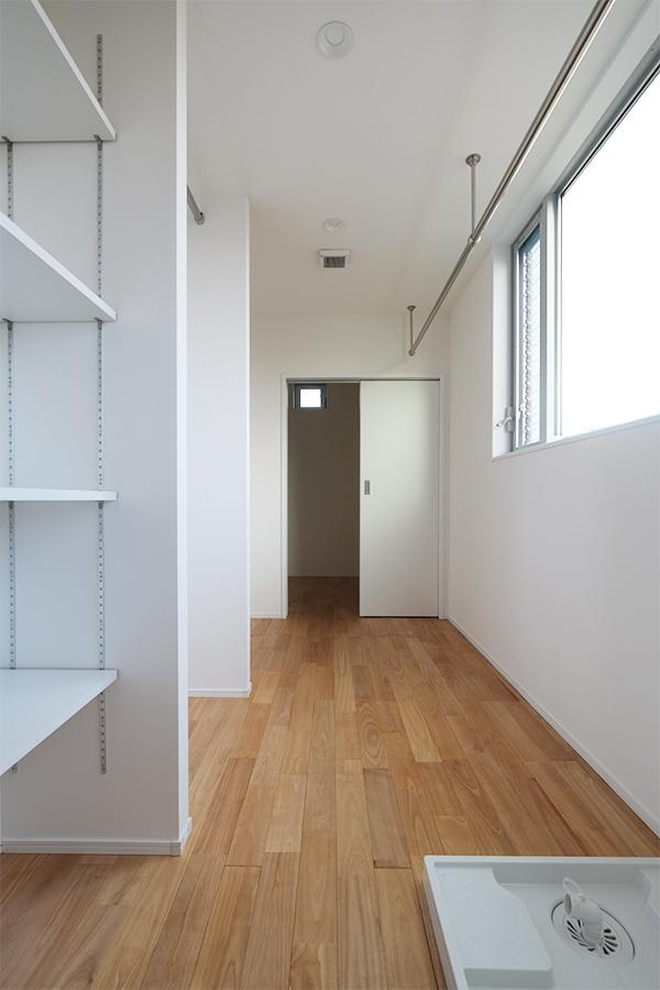 生活感の出ない部屋干しが可能。サニタリー周りの収納や、洗濯機置き場もここに。
