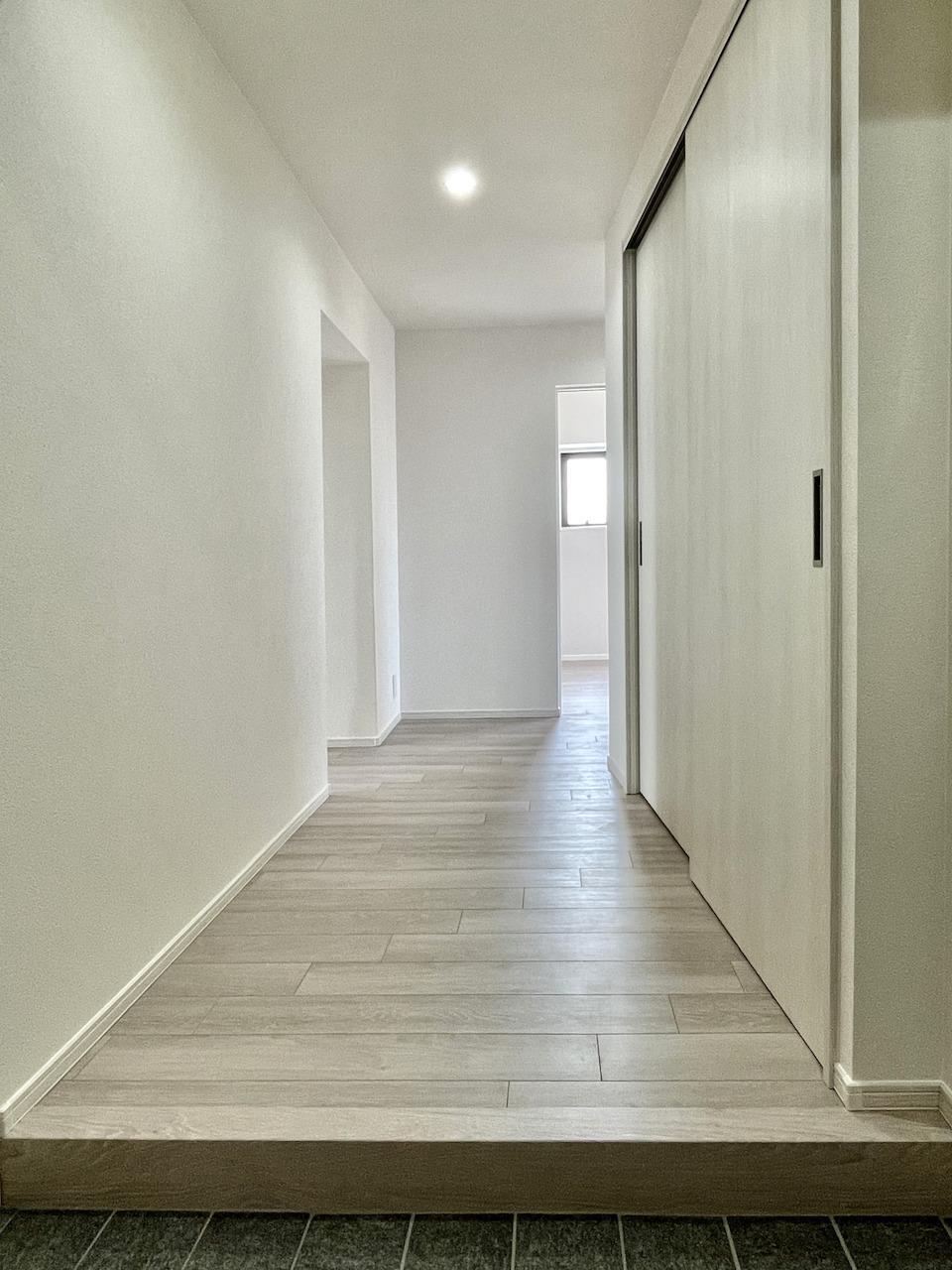 ホワイトを基調とした室内。