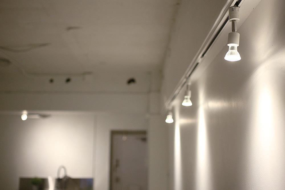 壁には照明を楽しめるライティングレール