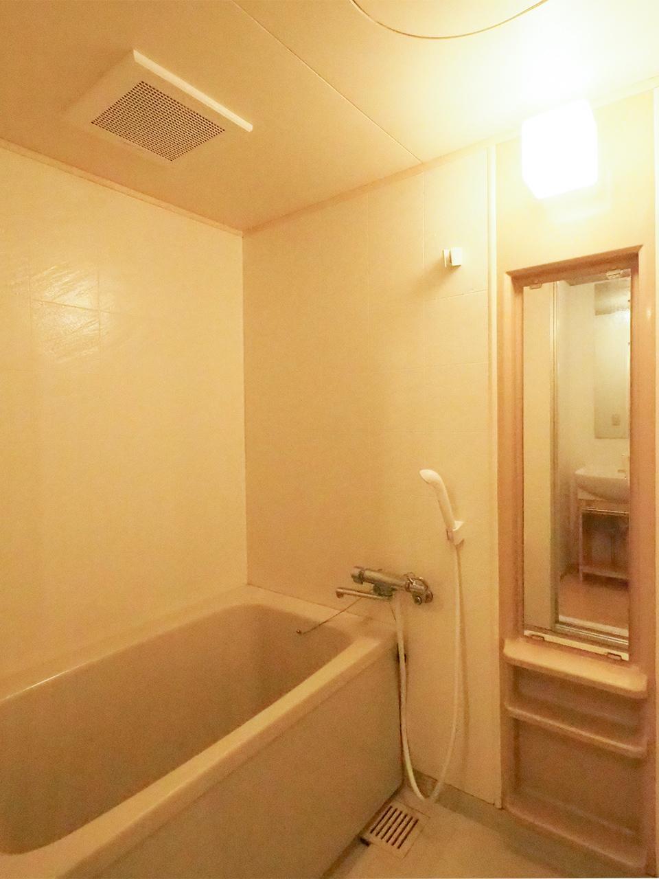 浴室はそのまま、清潔感は十分です