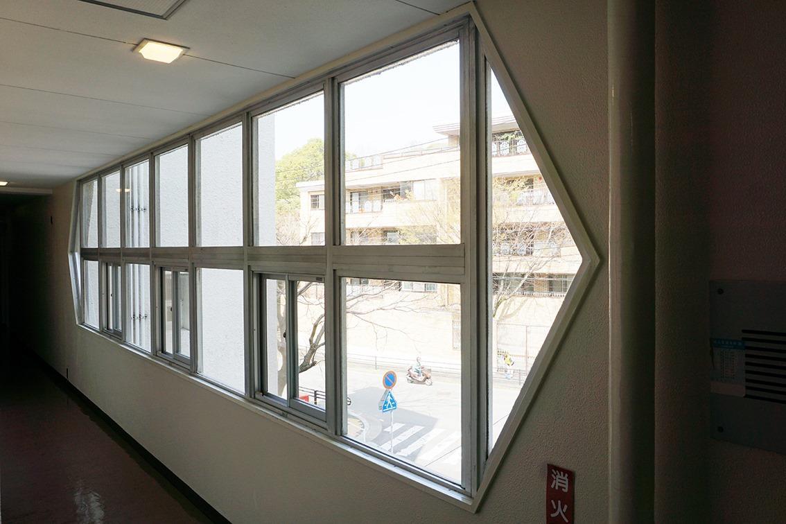 廊下の連続窓、古き良き建築の一コマ
