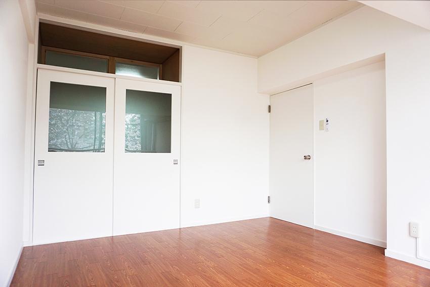 白基調の6.0畳のお部屋、こちらも収納スペースたっぷり。