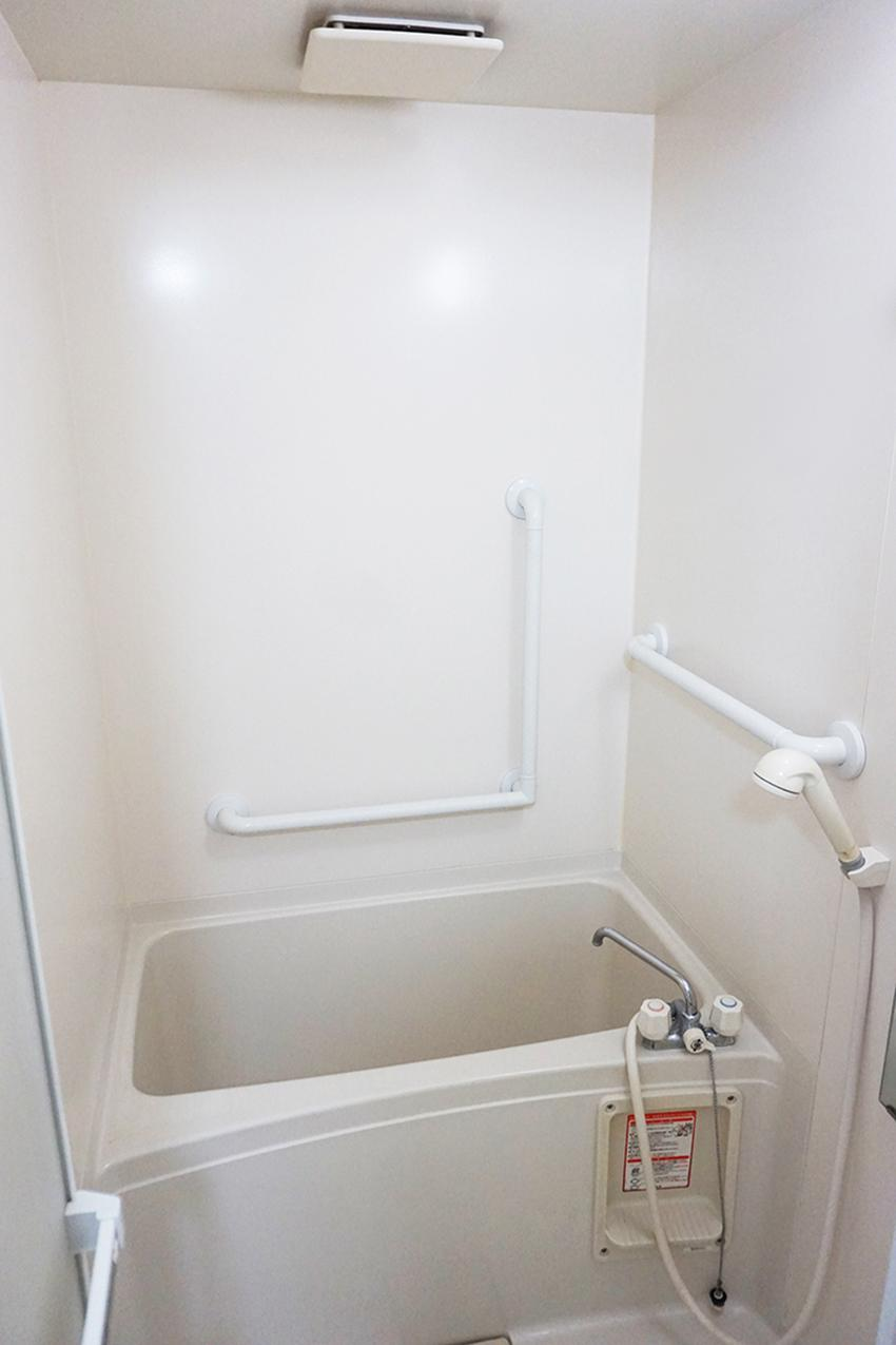 問題のコンパクトなお風呂。清潔感あります。