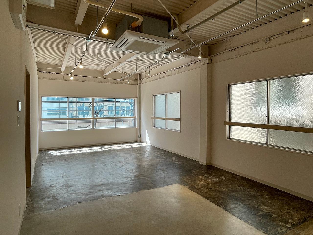 301号室:窓が多く明るい光が差し込みます