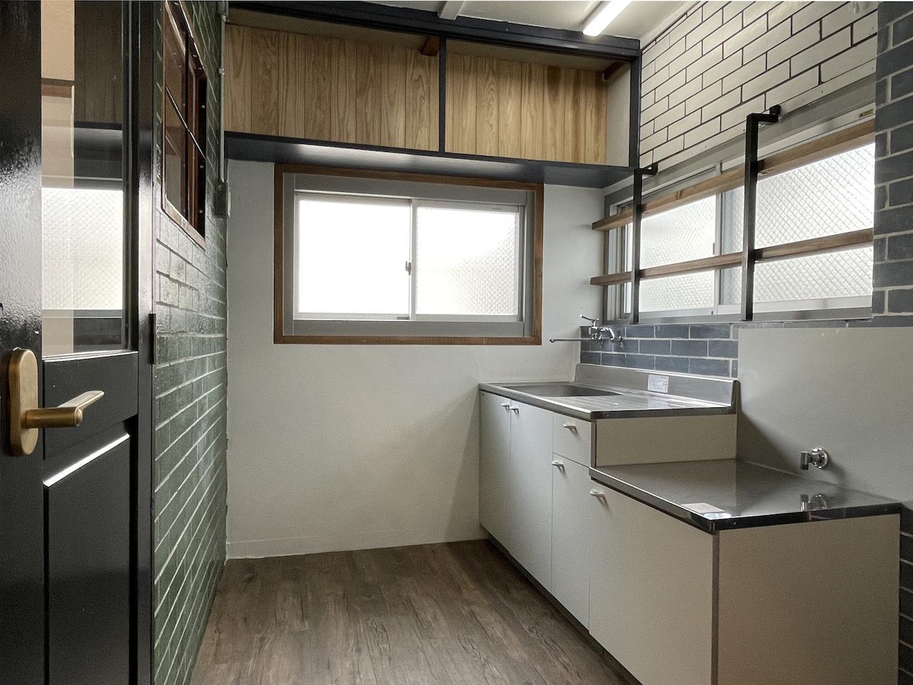 キッチン。(別部屋の写真のため窓の数が一部違います。)