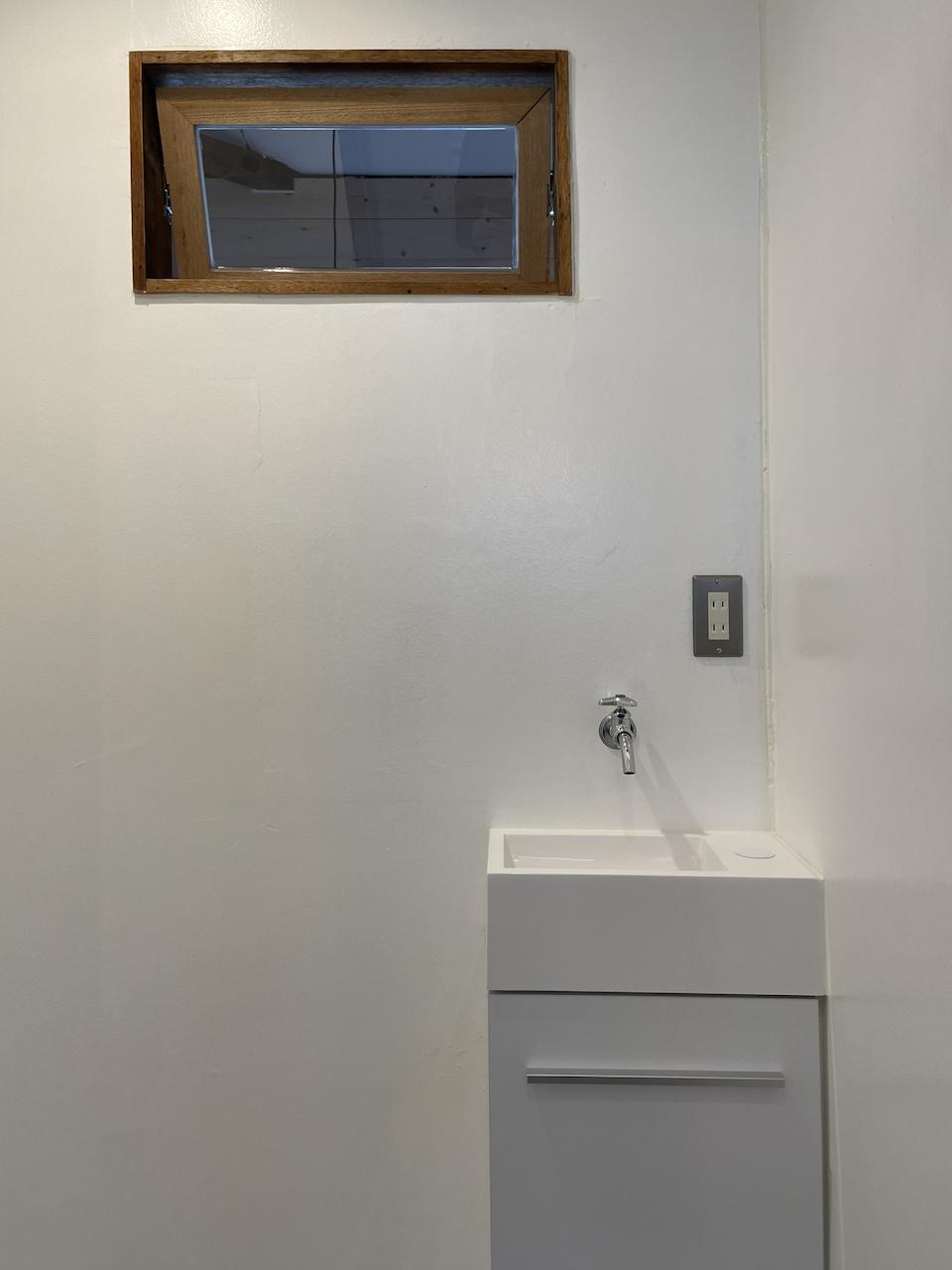 洗面はお湯は出ない小さめサイズ。通称:コ・洗面台。