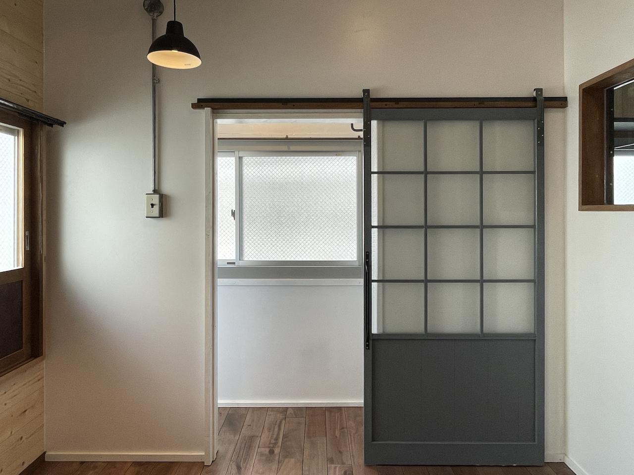 扉の先は収納になります。(別部屋の写真ですので、窓はございません。)