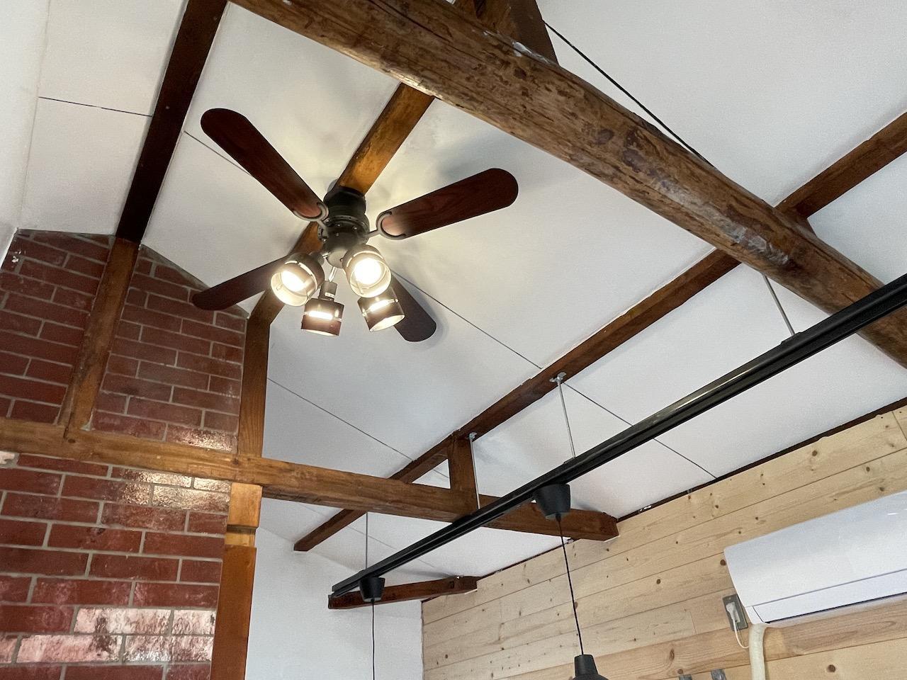 天井には、剥き出しの梁。