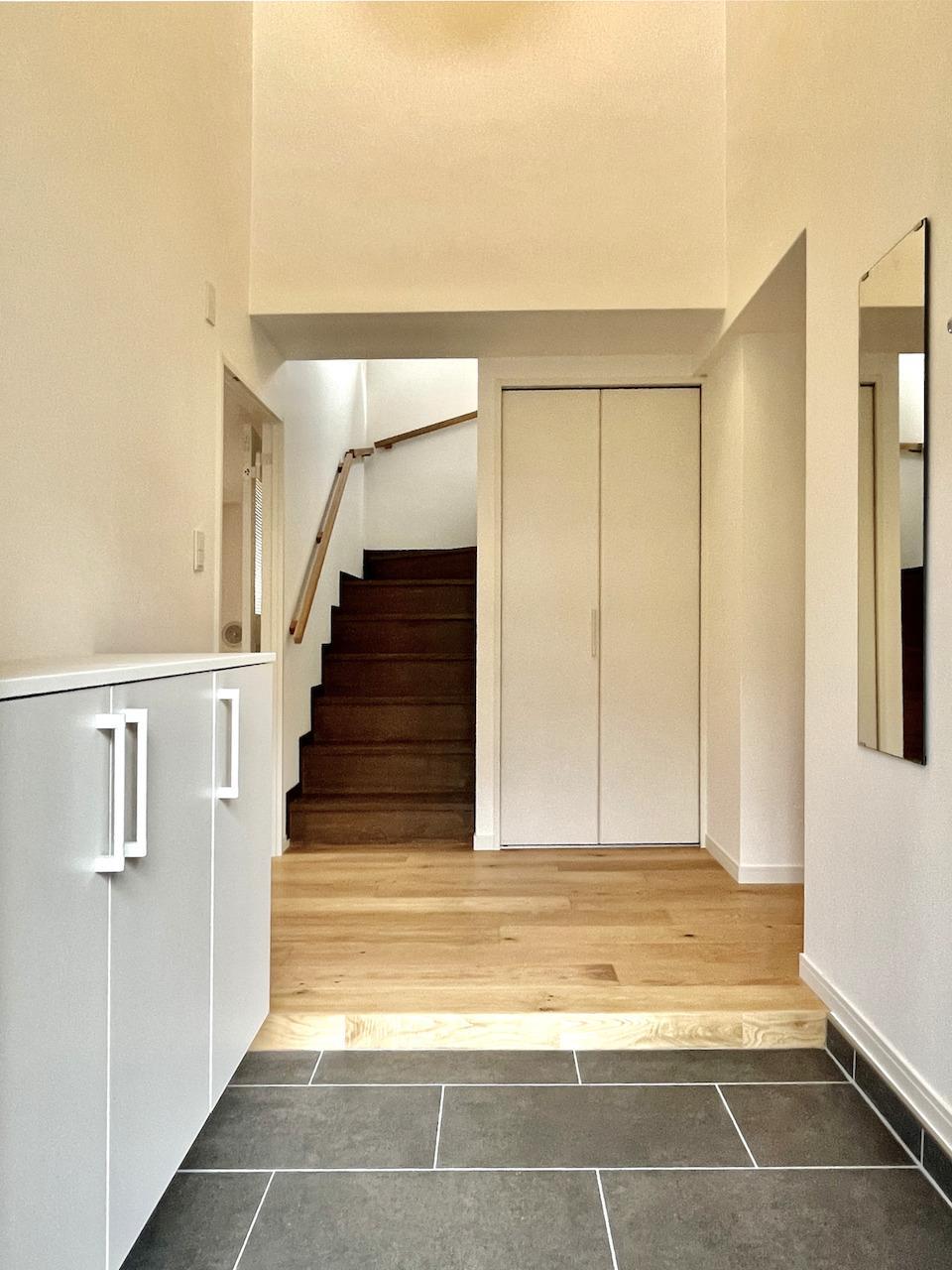 玄関を開けると階段。