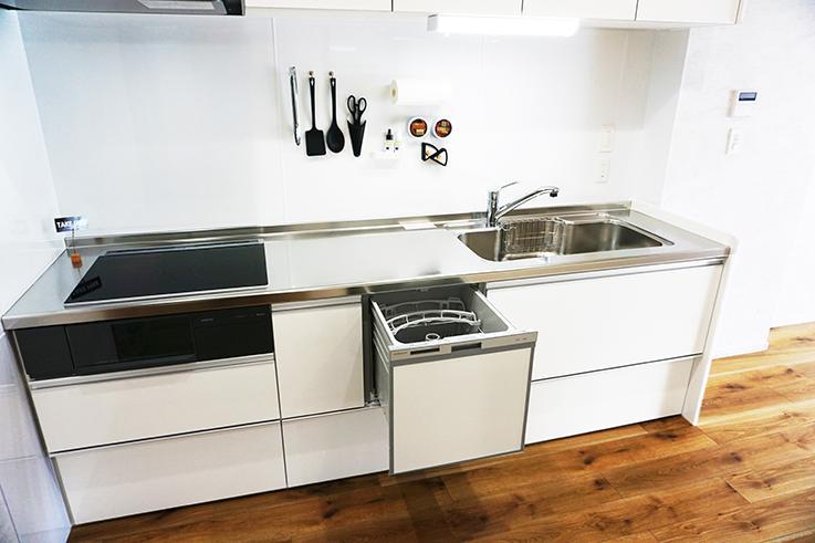ワイドサイズのシステムキッチン。食洗機付きなのが良いですね。