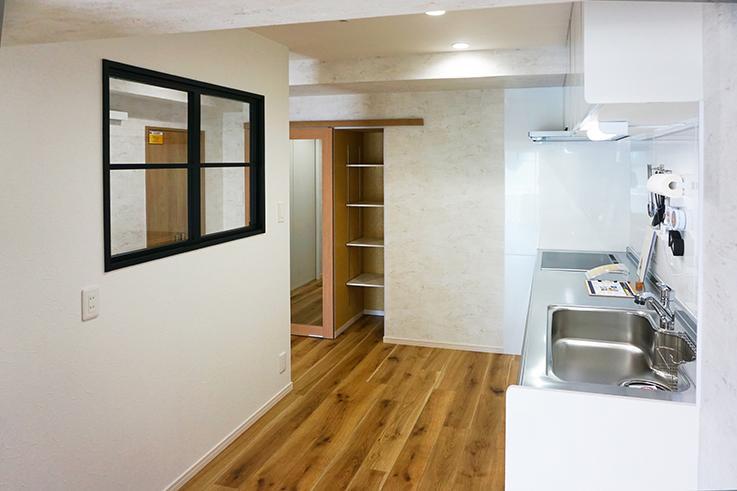 キッチン周りとリビングは左手に見える壁で緩やかに仕切られてます。