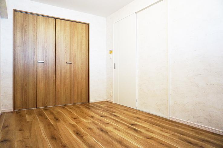 玄関入って左手の部屋。大型のクローゼットが重宝しそう。
