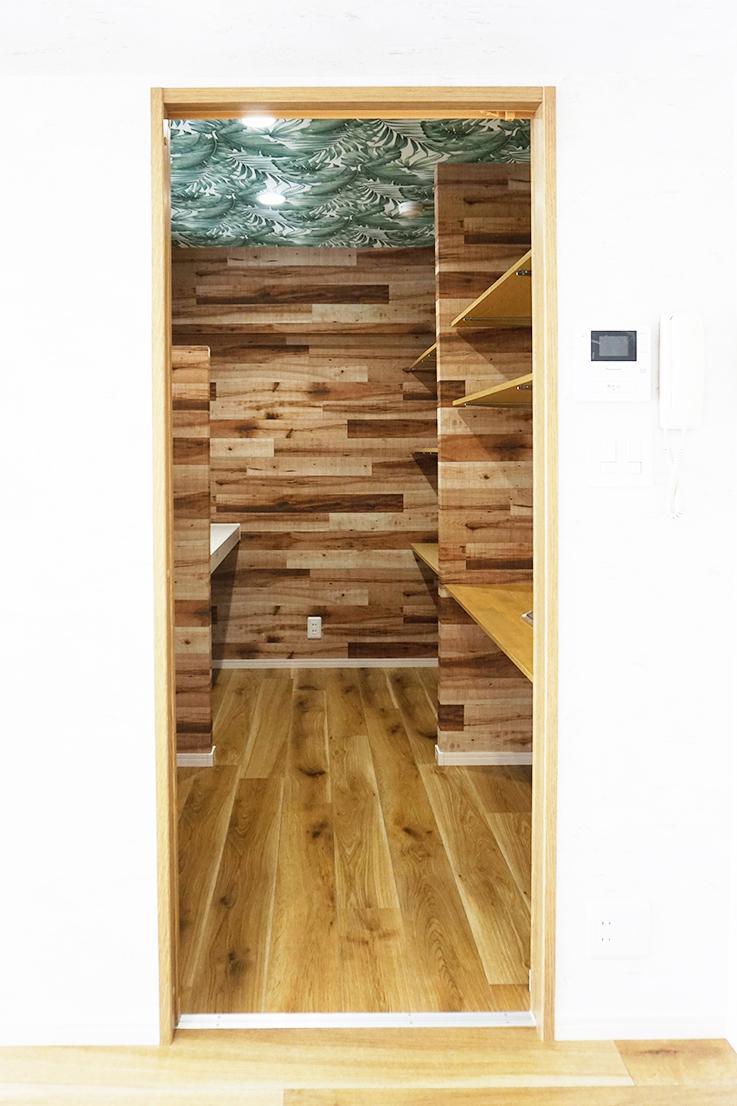 書斎スペース入口。天井壁紙がワイルド・・。